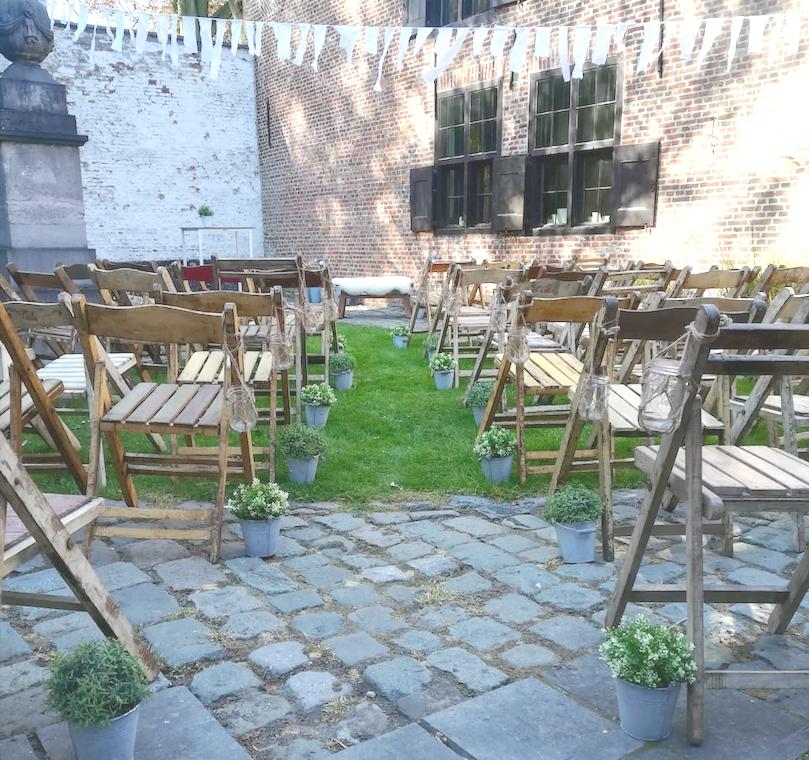 Traditionele houten franse stoeltjes voor uw bruiloft. dEuSt!